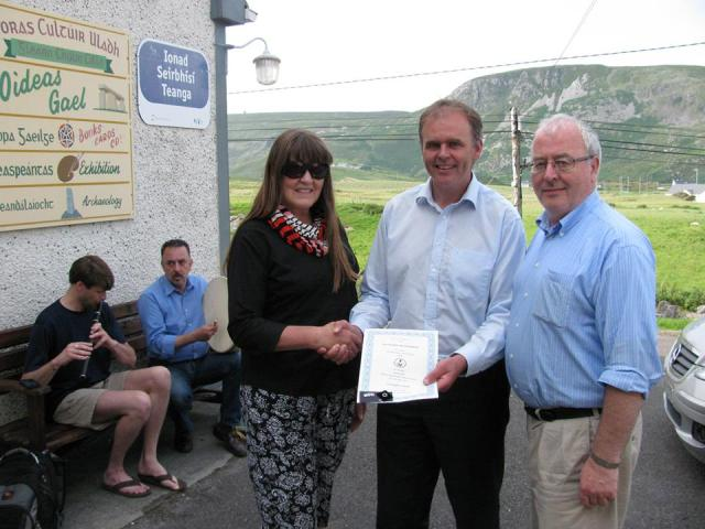The Minister of State with responsibility for the Gaeltacht, Joe McHugh, T.D., awards a Fulbright certificate to Katherine McCormack, 30 July 2014.